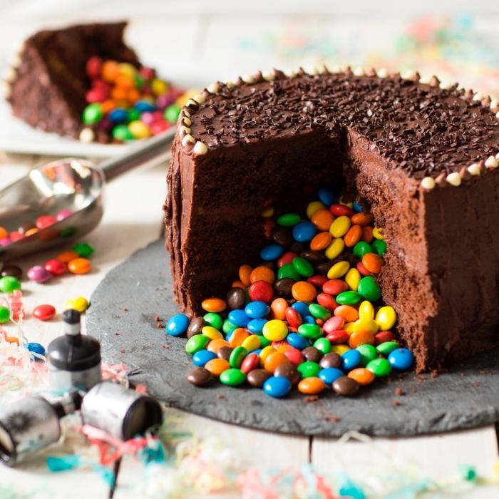 gateau chocolat smarties avec une garniture de ganache faite-maison, recette de gâteau piñata facile