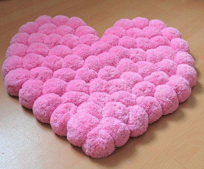 coeur rose, pompons roses moelleux, fabriquer un joli tapis laine avec toile canevas en pompons en laine