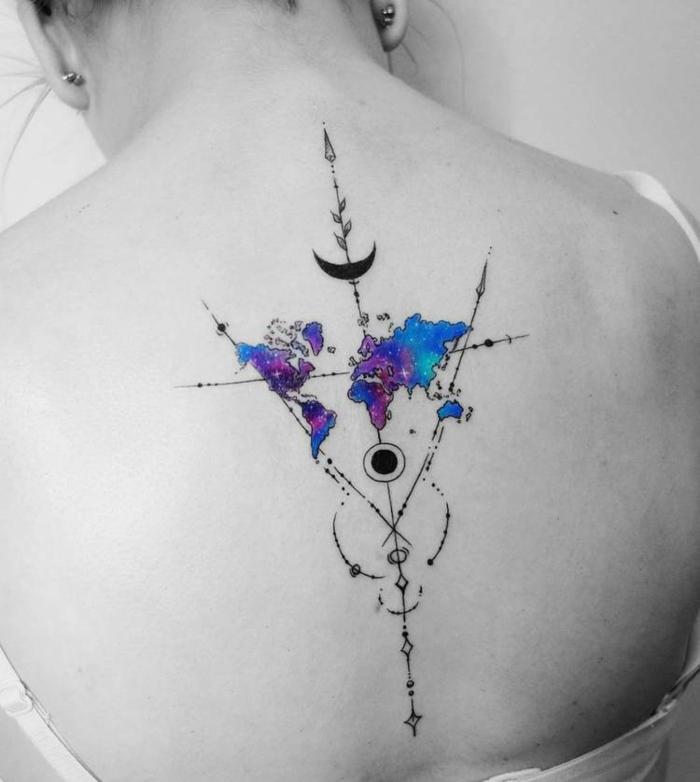 Tendance tatouage abstrait pour voyageurs, dos tatouage moderne style original, un compas et différent symboles, tatouage lune mystique, plan du monde couleur galaxie