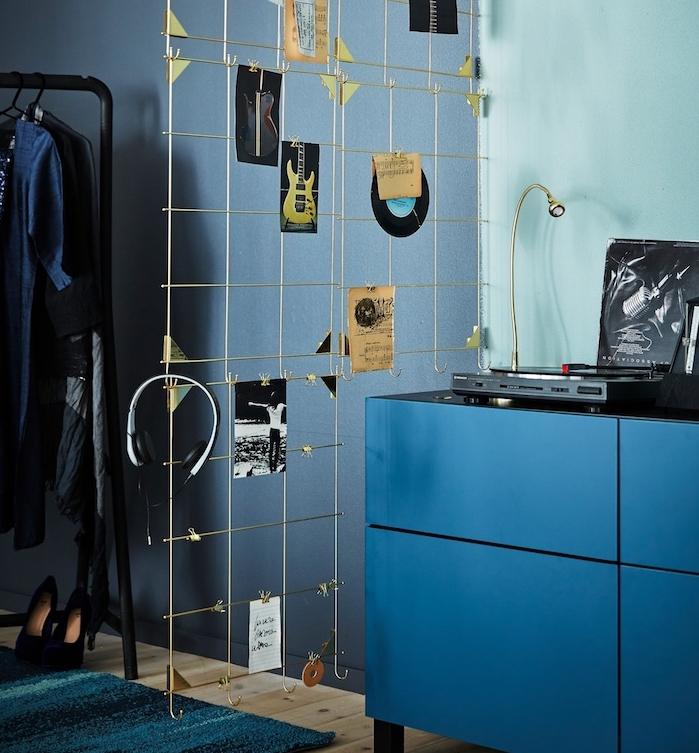 amenagement interieur nuances de bleu, commode et murs bleus et une grille de separation avec rangement, cloison decorative
