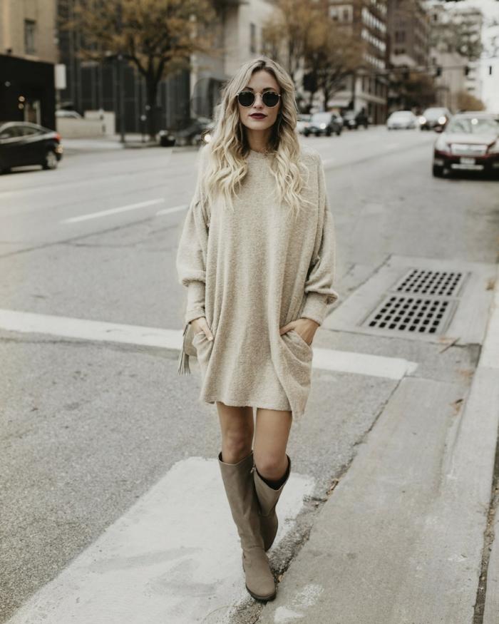 quelle tenue avec un pull en laine pour femme, robe pull crème, bottes longues, lunettes rondes, cheveux longs blonds