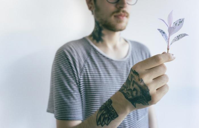 Ecriture tatouage au dessous de dessin sidney opera, tatouage loup dessin stylisé sur la main, les plus beaux tatouages