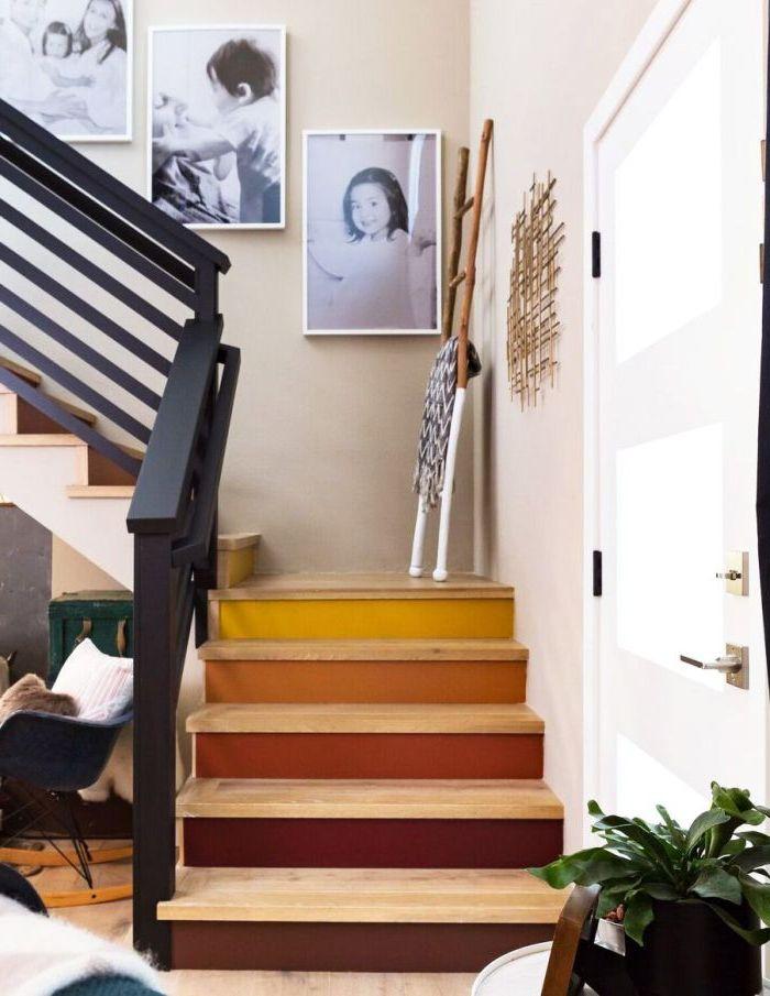 escalier en bois aux contremarches peintes en tons de la terre allant du jaune