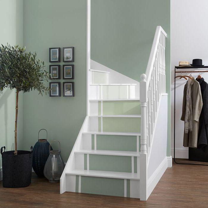 peinture escalier imitant un tapis d'escalier qui s'harmonise avec les murs peints en vert amande, déco entrée de style scandinave