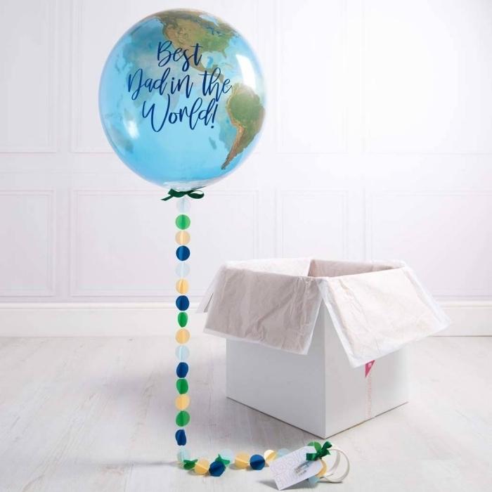 idée de cadeau fete des peres personnalisé avec un ballon globe terrestre à queue de confettis multicolores