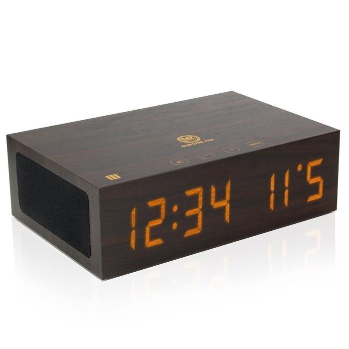 idée cadeau grand père, un réveil numérique en forme de bloc de bois avec haut-parleur bluetooth et chargeur usb