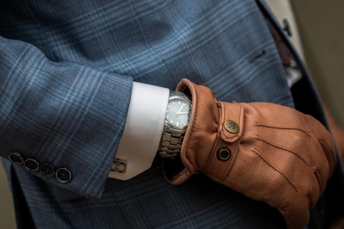 une paire de gant en cuir couleur camel avec attache double pression, idée cadeau homme noel pour affronter l'hiver avec du style