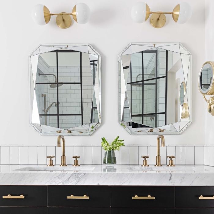 crédence salle de bain d'une rangée de carreaux métro posés horizontalement, meuble de salle de bains élégant noir mat avec plan vasque en marbre