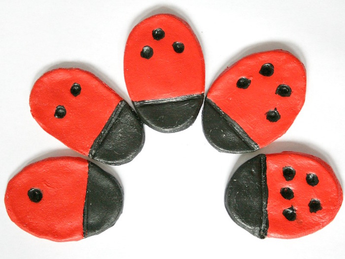idée d'objets ) fabriquer en pate à sel comme coccinelles diy avec peinture noire et rouge