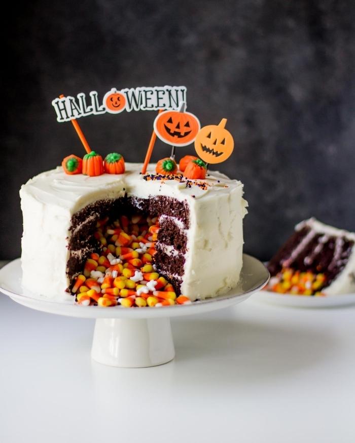 pinata cake au chocolat pour la fête d'halloween rempli de bonbons grains de maïs avec une jolie décoration thématiques de citrouilles en pâte à sucre