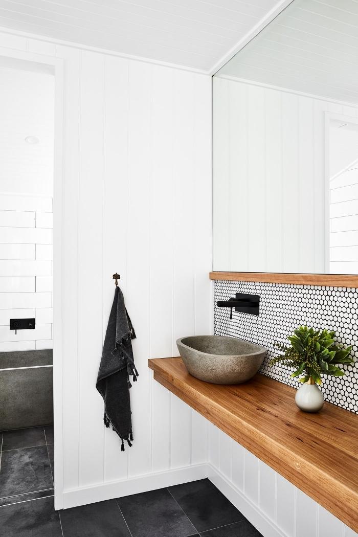 credence autocollante imitation mosaïque hexagonaux à joins noirs mise en valeur par le plan vasque en bois massif et le robinet noir