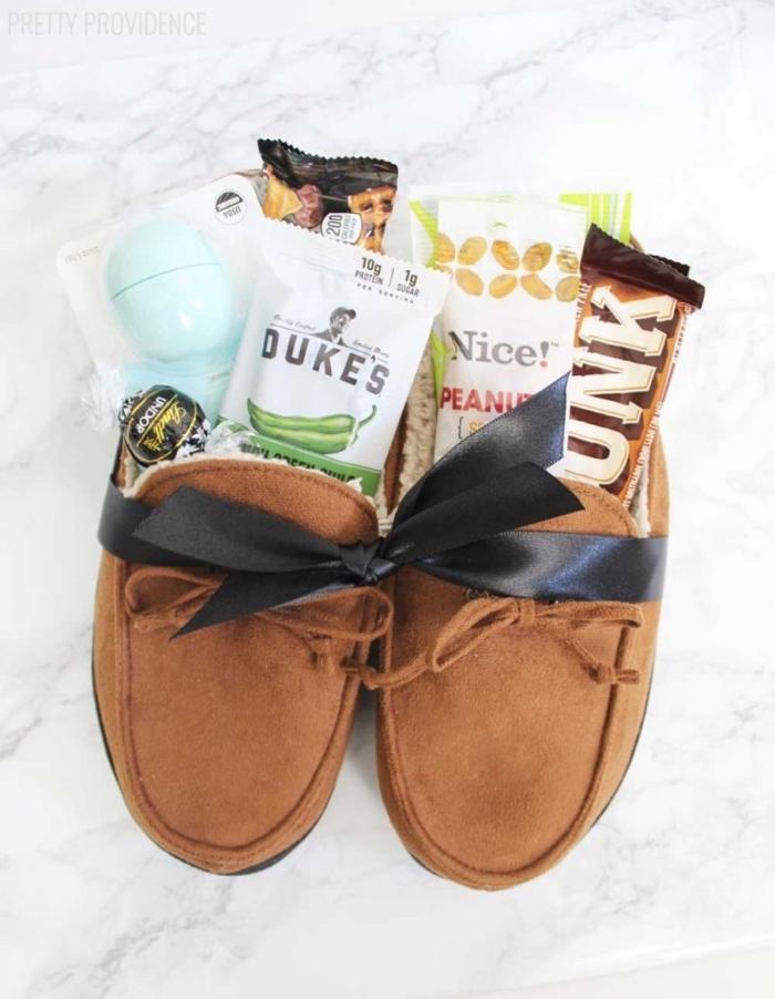 kit cadeau personnalisé avec pantoufles fourrés en peau de mouton pour offrir un moment de confort à son papa, idée de cadeau insolite homme