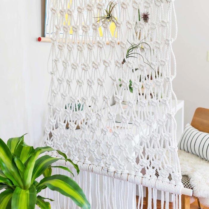 exemple de cloison decorative en macramé blanc rideau suspendu pour séparer un coin bureau style scandinave, bureau blanc, chaise bois