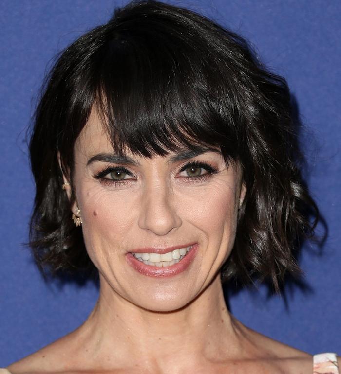 exemple de carré court ondulé avec frange sur le front, coupe de cheveux femme 50 ans visage ovale