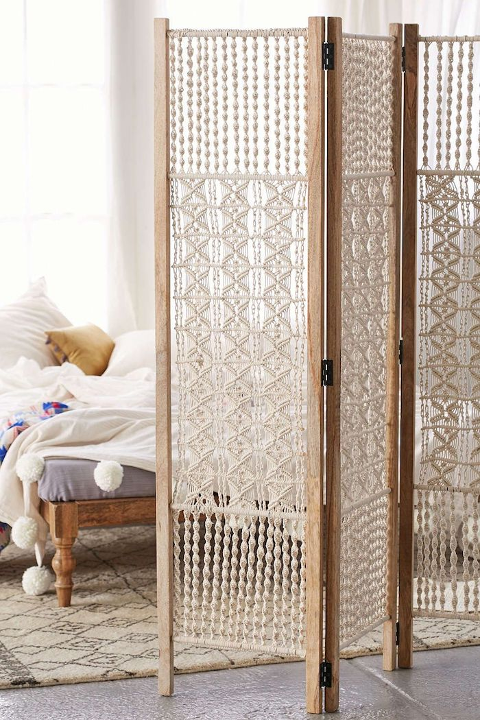 idee de cloison decorative en bois et macramé pour cacher un coin couchage chambre à coucher style cocooning