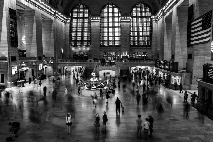 une photographie noir et blanc journée pressée dans la gare, vue sur le foyer de la gare grand central à new york
