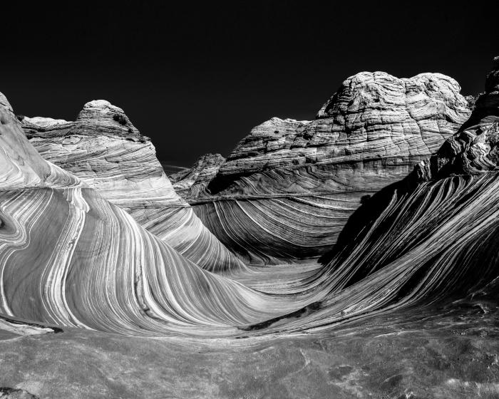 belle image noir et blanc des vagues de grès dans les buttes coyote aux états unis sous le ciel noir