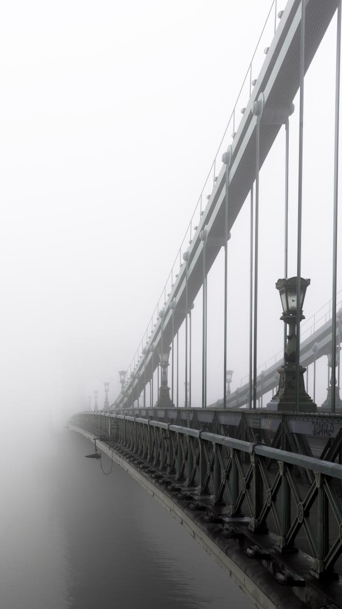 belle image noir et blanc du pont de qui se perd dans le brouillard, photographie de paysage urbain empreint de mélancolie