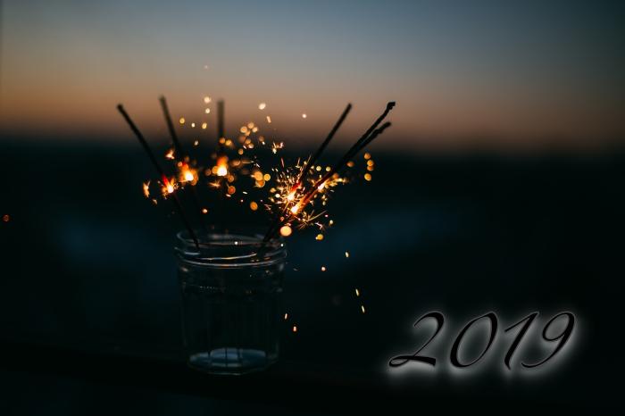 carte bonne fete de fin d'année, photo nuit et feu bengali, fond d'écran pour nouvel an avec feu bengali 2019