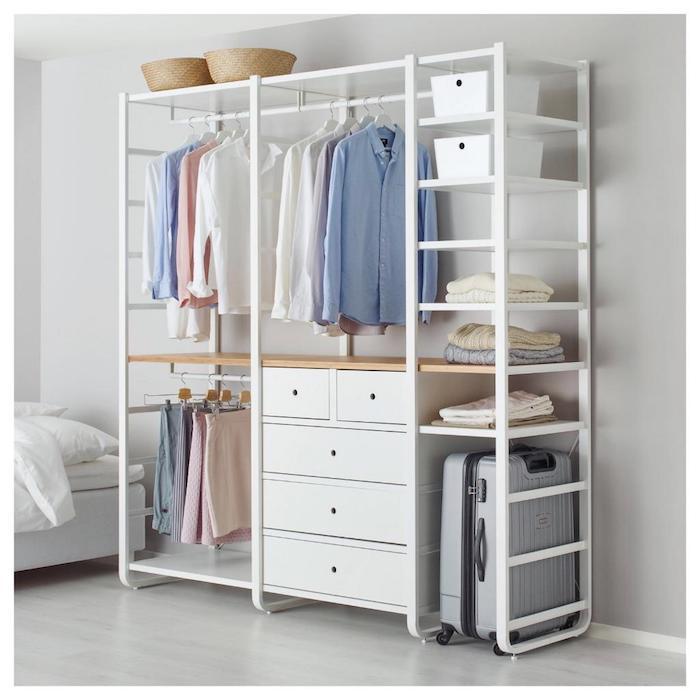 Idée déco chambre parentale rangement vetement originale, blanc rangement dressing sans portes dans la chambre a coucher