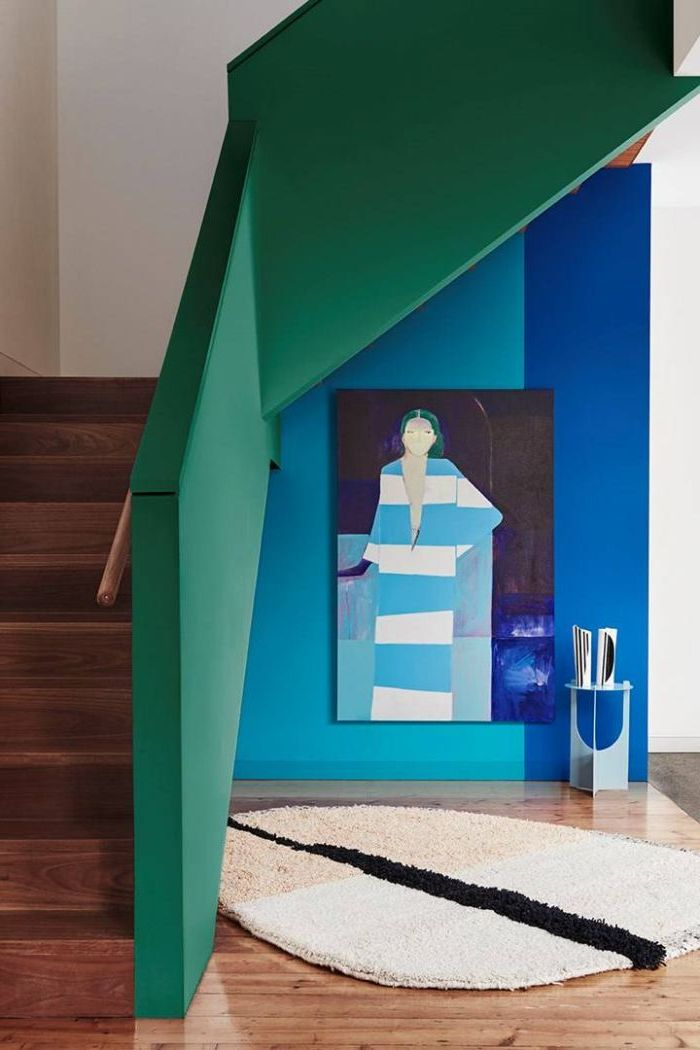 peindre une cage d'escalier en 2 couleurs pour un joli effet graphique, garde-corps et mur adjacent peints en vert et bleu pour une déco façon galerie d'art