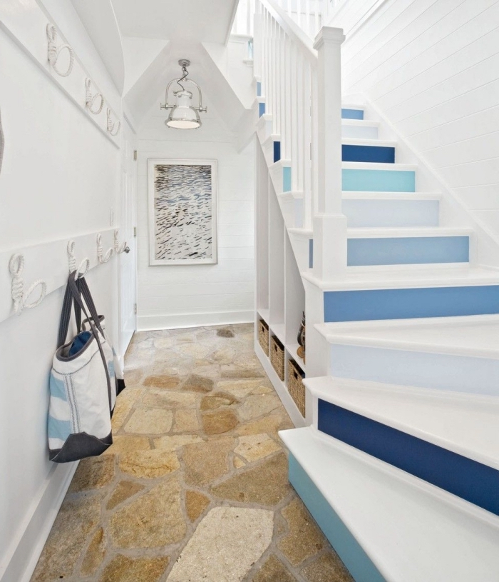 escalier blanc aux contremarches peintes en camaieu de bleu et murs en lambris blanc pour une ambiance maison de vacances, renover un escalier en bois en peignant les marches et les contremarches en couleurs contrastantes