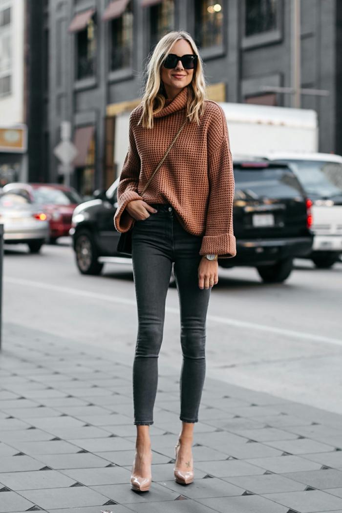 jeans skinny, gros pull marron, sac bandoulière chaîne, lunettes de soleil, femme blonde