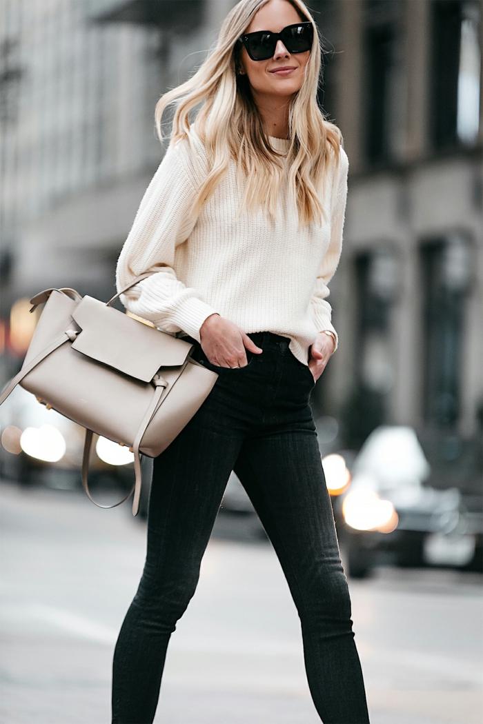 jeans skinny et sac lisse couleur moderne, joli pull couleur crème, lunettes de soleil