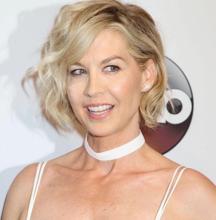 carré court ondulé avec raie et volume de coté, boucles rebelles sur cheveux blond, jenna elfman actrice