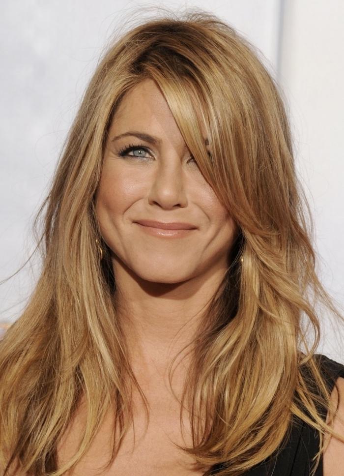 coloration blond doré sur châtain foncé, coiffure de Jennifer Aniston aux cheveux lâchés, idée coupe de cheveux en couche