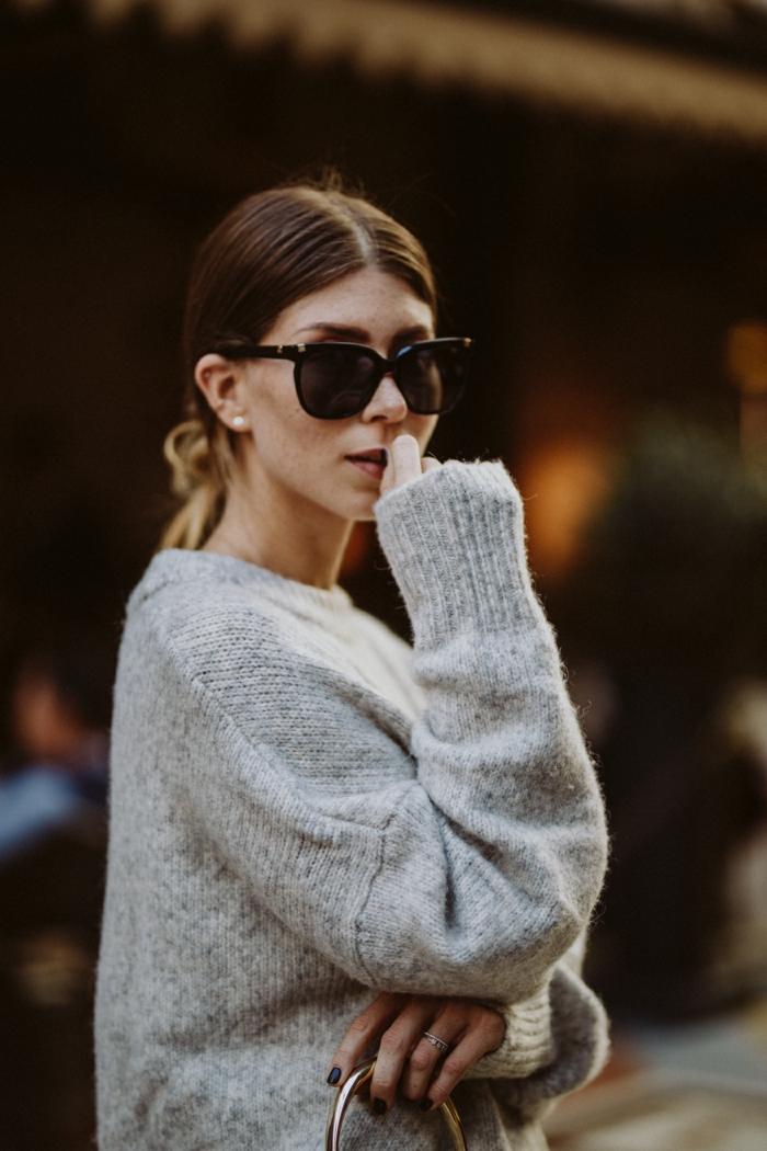 gros pull en laine, cheveux en queue basse, sac à main poignée ronde, tenue hiver