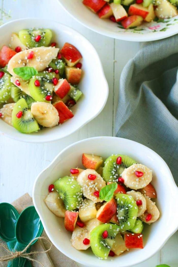 bols avec arrangements de fruits, bananes, pommes, feuilles de menthe, graines de sésame, kiwi, recette hiver balancée