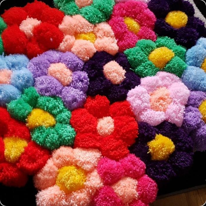 un jardin fleuri en pompons multicolores, tapis pompon aux motifs fleurs, faire des pompons pour tapis