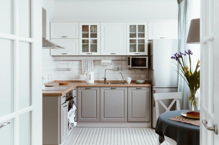 cuisine fantastiqu gris bois et blanc, table ronde à nappe blanche, chaise blanche, armoires suspendues, cuisine en l