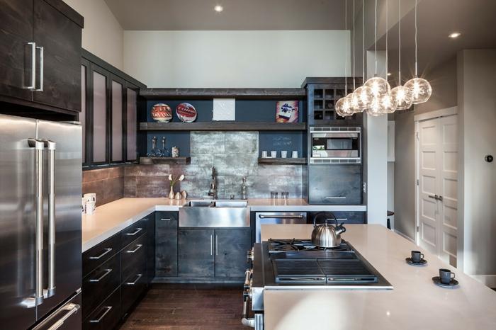 amenagement petite cuisine, cuisine en l avec îlot, plaques de cuisson encastrables, sol en bois foncé, armoires de cuisine suspendues, étagères en bois, lampes boules acryliques