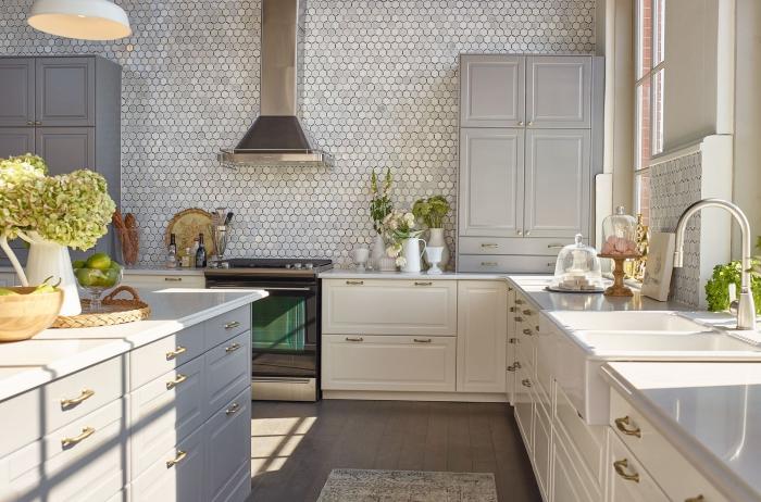 carafe blanche sur un ilot de cuisine blanc, carrelage en petites tuiles hexagonales