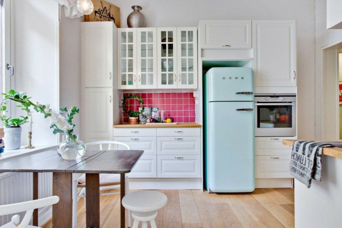 cuisine petit espace, sol en planches, table à rabat, petit ilot comptoir en bois, four