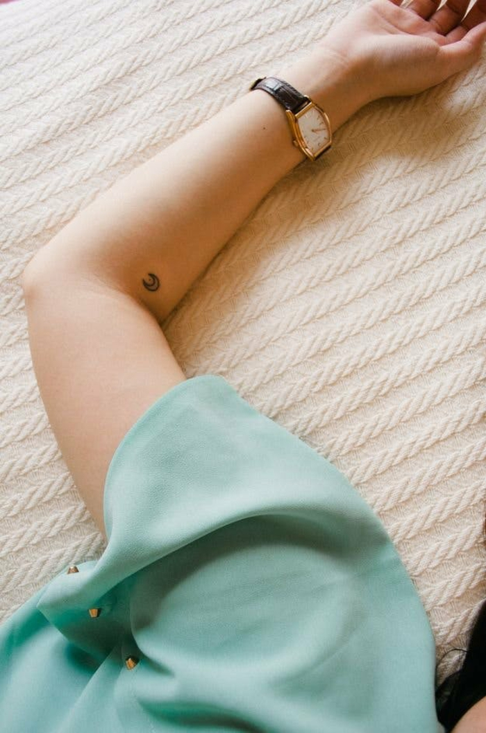 Tatouage géométrique dessin artistique pour un tatou magnifique design original miniature lune sur l'avant bras
