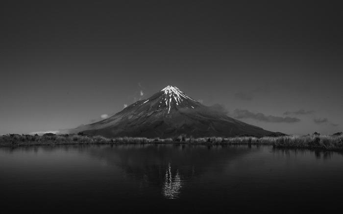 photo de volcan à sommet enneigé qui se reflète dans les eaux du lac, à faire imprimer en affiche noir et blanc