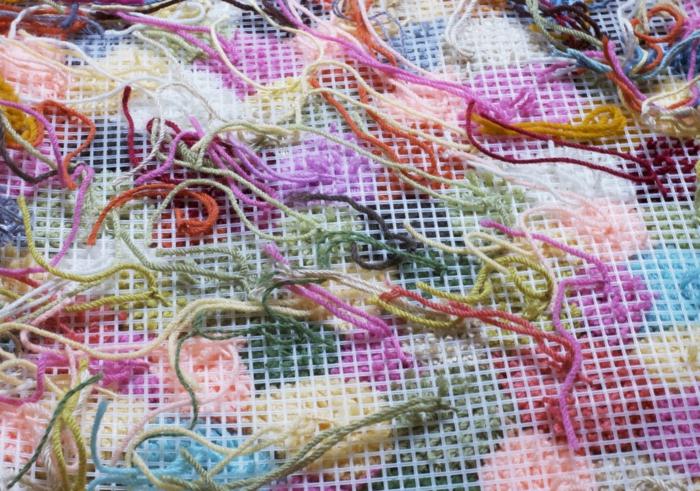 tapis pompons aux fils colorés, le côté verso d'un tapis diy en fil de laine coloré, diy déco créative