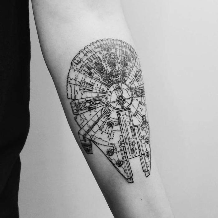 Tatouage liberté de voler dans l'espace, dessin sur la peau symbolique, idee se tatouer le millenium falcon