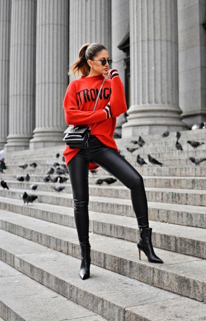 tenue avec gros pull femme, bottes noires talon mince, pull rouge, sac à épaule chaîne, pantalon en cuir