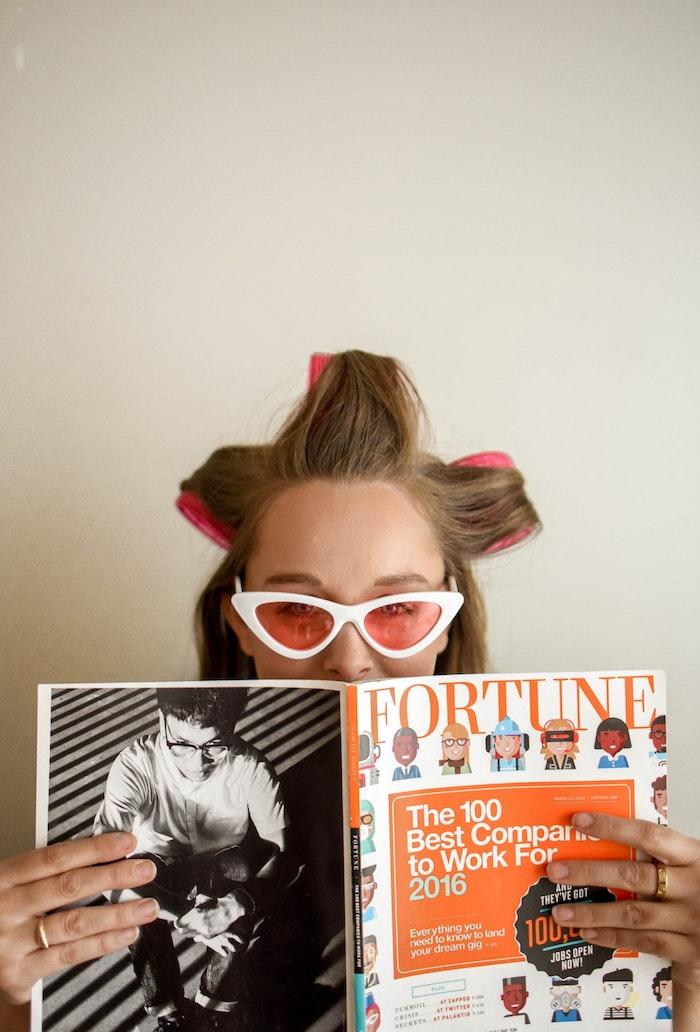 Femme dans le salon de son coiffeur, idée comment se soigner de ses cheveux pour ne pas avoir à les couper