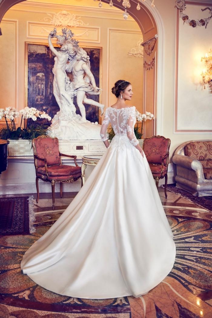 idée robe de mariée hiver à design princesse, modèle robe blanche avec dos illusions orné d'applications de dentelle florale