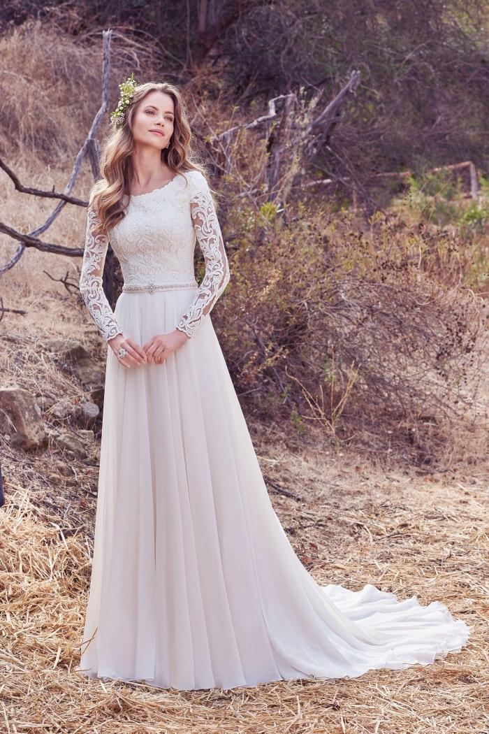 robe de mariée simple, modèle de robe blanche à manches effet tatouage, idée coiffure de mariée aux cheveux ondulés