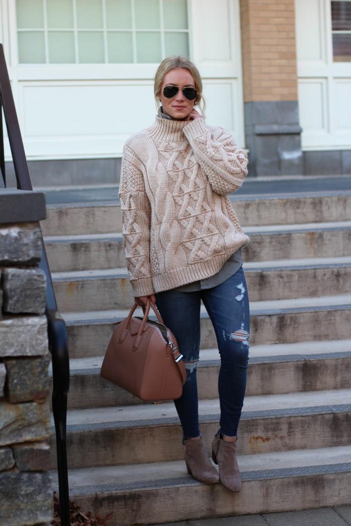 jeans déchirés, sac marron, pull torsadé femme couleur crème, lunettes aviateur, chemise, cheveux blonds