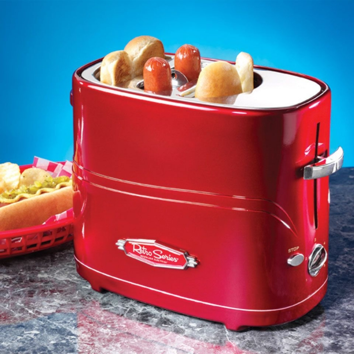 une machine à hot-dog rouge au look vintage pour préparer un rapide déjeuner à la américaine, idée cadeau homme 60 ans
