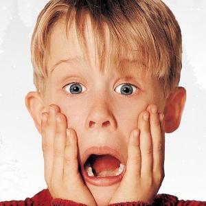 """Macaulay Culkin rejoue """"Maman j'ai raté l'avion"""" pour une pub de Google Assistant et on adore !"""