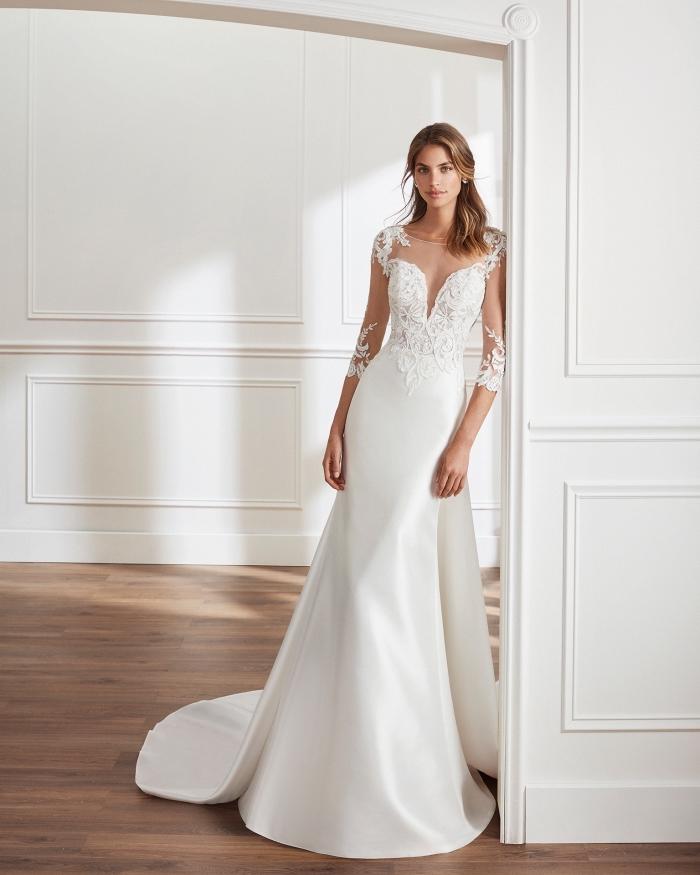 look romantique pour un mariage classique, exemple de robe de mariée 2018 avec longue traîne et manches à effet tatouage