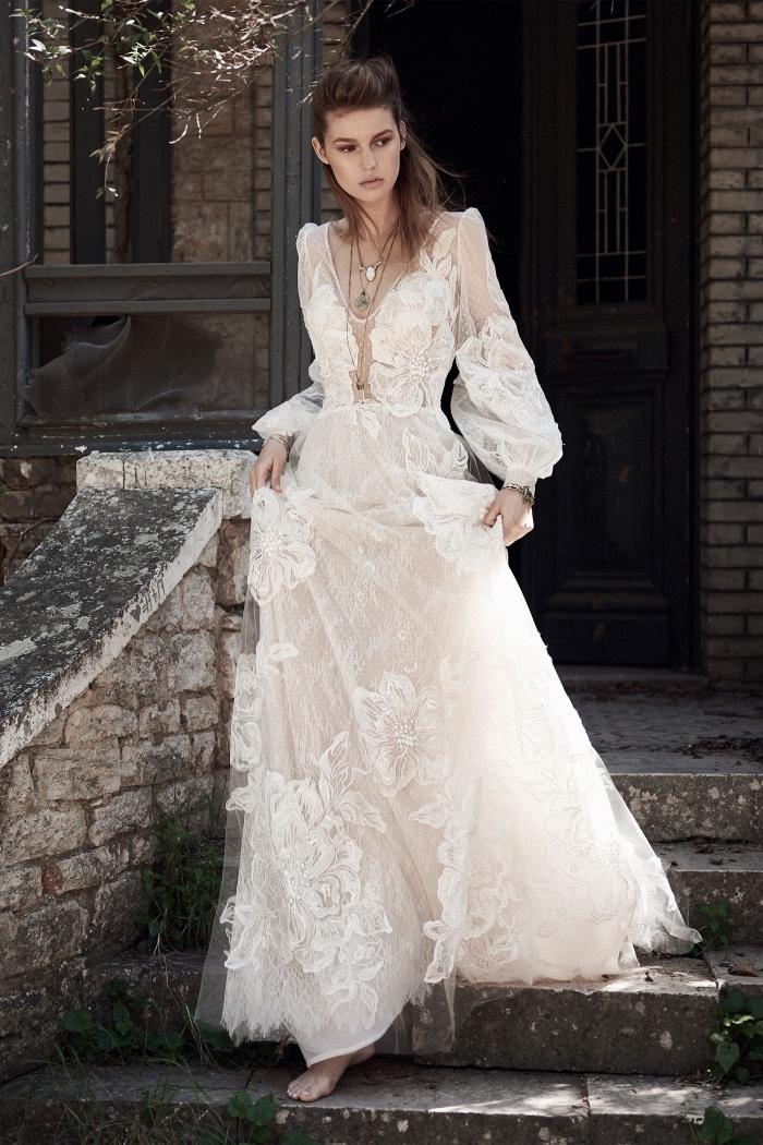 modèle de robe de mariée bohème dentelle florale, robe blanche à manches bouffantes avec jupe en tulle et fleurs dentelle